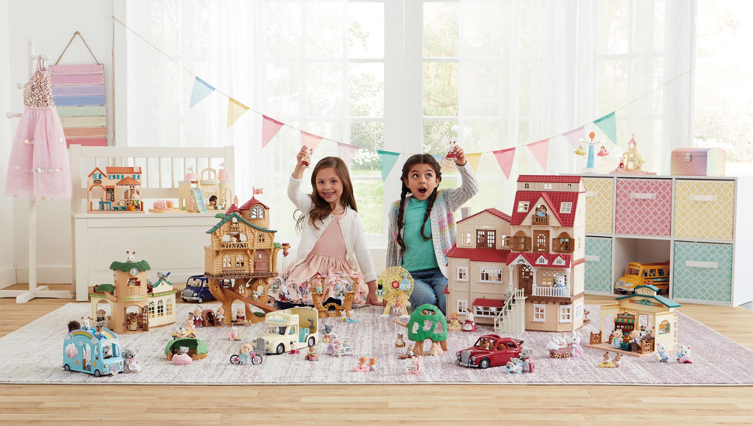 Mädchen spielen mit Sylvanian Families